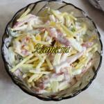 Хрустящий салат с колбасой, сыром и помидорами