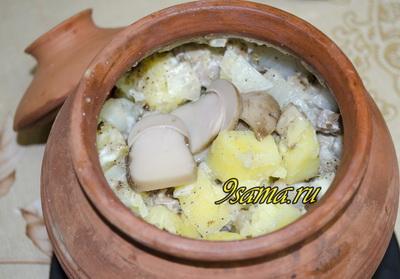Картошка с грибами и мясом в горшочках