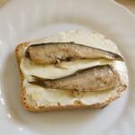 Быстрые бутерброды со шпротами