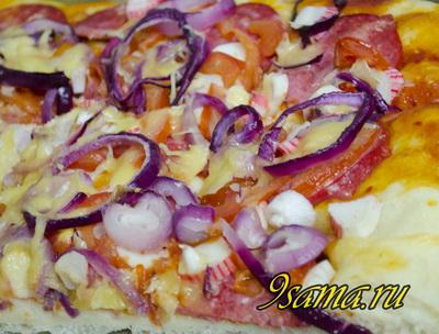 Пицца с крабовыми палочками и колбасой