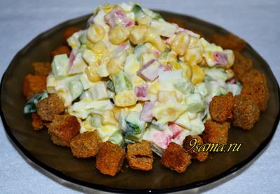 Салат «Обжорка» с колбасой и крабами