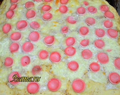 Пицца с соусом из сметаны и сосисками