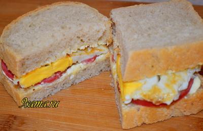 Быстрый бутерброд с колбасой и яйцом