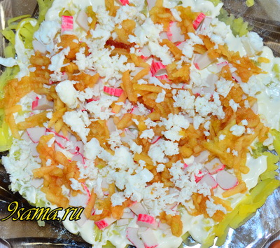 Слоеный салат «Нежный» с крабовыми палочками