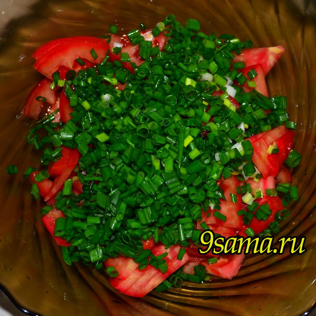 Летний салат со свежими помидорами и зеленым луком